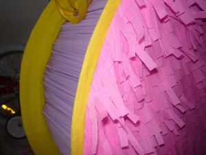como hacer piñatas de carton 9