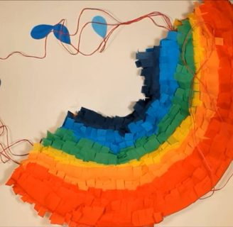 Como hacer piñatas con tiras de carton con colores del arcoíris