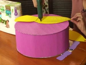 como hacer piñatas de carton corrugado 7