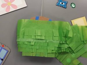 como hacer piñatas de monster inc 10