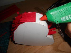 Pasos para hacer una mini piñata con cartulina